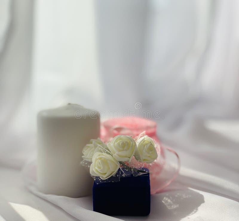 Όμορφες γαμήλιες διακοσμήσεις Εορταστική ατμόσφαιρα με τα άσπρα τριαντάφυλλα στοκ εικόνα με δικαίωμα ελεύθερης χρήσης