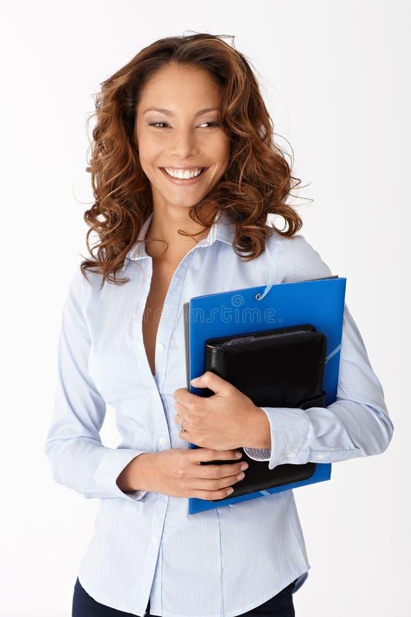 Όμορφες γραμματοθήκες εκμετάλλευσης χαμόγελου γυναικών στοκ εικόνα με δικαίωμα ελεύθερης χρήσης