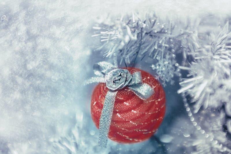 Όμορφες διακοσμήσεις Χριστουγέννων με μορφή μιας κόκκινης σφαίρας που κρεμά στο χριστουγεννιάτικο δέντρο Εγχώρια διακόσμηση για τ στοκ φωτογραφία