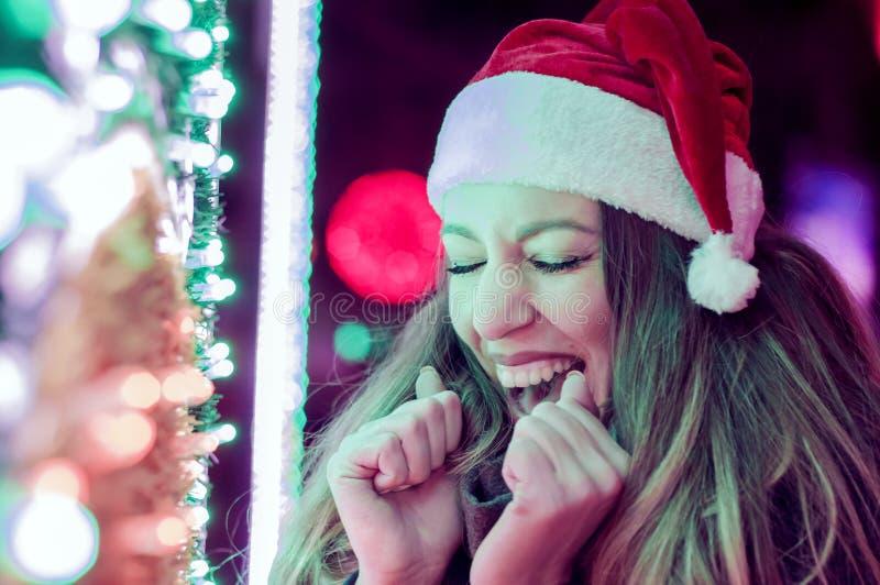 όμορφες ευτυχείς νεολ&a Έκπληκτο χειμερινό κορίτσι στοκ εικόνα