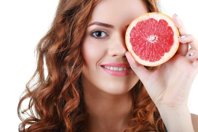 όμορφες ευτυχείς νεολαίες γυναικών Υγιής τρόπος ζωής κατανάλωση υγιής στοκ εικόνες