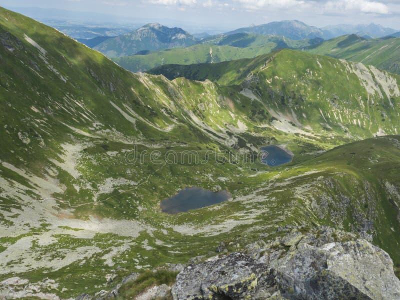 Όμορφες ζωηρές μπλε λίμνες Horne βουνών και pleso Dolne Jamnicke με την πράσινη άποψη αιχμών βουνών από το sedlo Jamnice στοκ εικόνες