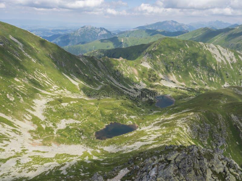 Όμορφες ζωηρές μπλε λίμνες Horne βουνών και pleso Dolne Jamnicke με την πράσινη άποψη αιχμών βουνών από το sedlo Jamnice στοκ φωτογραφία με δικαίωμα ελεύθερης χρήσης