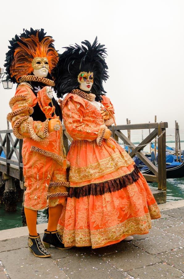 Όμορφες ζωηρόχρωμες μάσκες στο καρναβάλι της Βενετίας μια ομιχλώδη ημέρα στοκ εικόνες