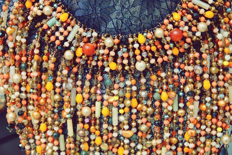 Όμορφες ζωηρόχρωμες πολυτέλειας χάντρες κοσμήματος μόδας βοηθητικές με το φωτεινό υπόβαθρο κρυστάλλων στοκ φωτογραφίες με δικαίωμα ελεύθερης χρήσης