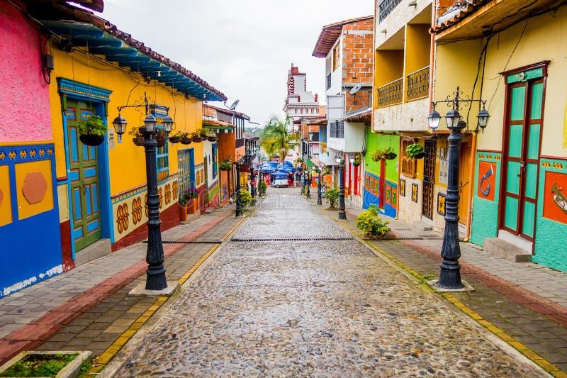 Όμορφες και ζωηρόχρωμες οδοί σε Guatape, γνωστό ως πόλη Zocalos Κολομβία στοκ εικόνες με δικαίωμα ελεύθερης χρήσης