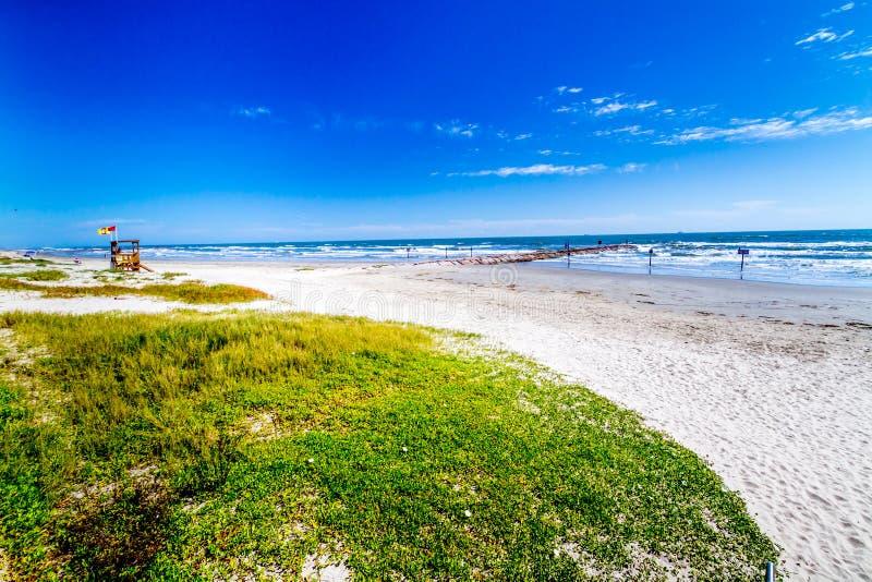 Όμορφες κυματωγή και άμμος σε μια ωκεάνια παραλία καλοκαιριού στοκ φωτογραφία με δικαίωμα ελεύθερης χρήσης