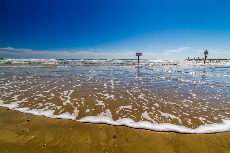 Όμορφες κυματωγή και άμμος σε ωκεάνιες διακοπές παραθαλάσσιων διακοπών καλοκαιριού στοκ φωτογραφία