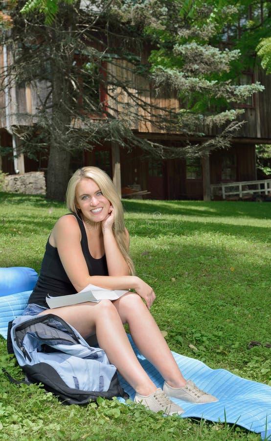 Όμορφες μελέτες γυναικών σπουδαστών έξω στοκ εικόνες