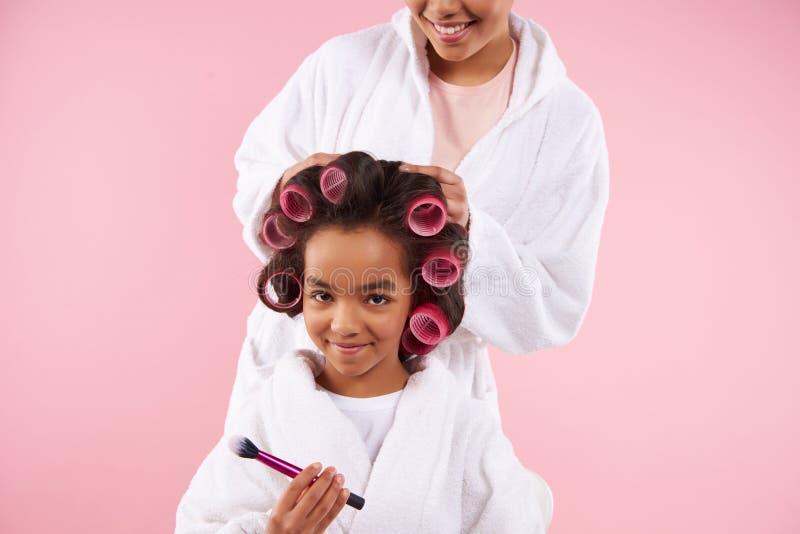 Όμορφες μητέρα και κόρη στα μπουρνούζια στοκ φωτογραφίες