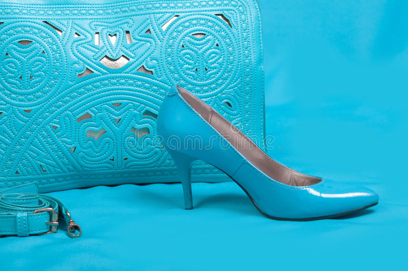Όμορφες μπλε παπούτσια και τσάντα στοκ εικόνα με δικαίωμα ελεύθερης χρήσης