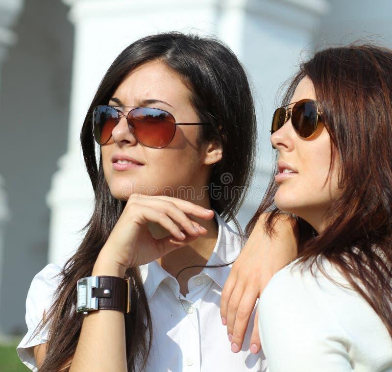 Όμορφες νέες γυναίκες ζεύγους στα γυαλιά ηλίου στοκ φωτογραφίες