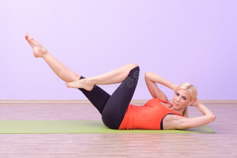 Όμορφες νέες γυναίκες που κάνουν Pilates στοκ εικόνες