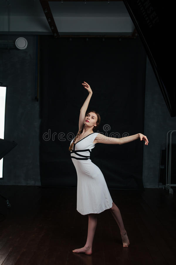 Όμορφες νέες γυναίκες που χορεύουν στο στούντιο στοκ φωτογραφία με δικαίωμα ελεύθερης χρήσης