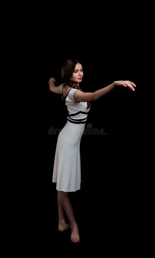 Όμορφες νέες γυναίκες που χορεύουν στο στούντιο στοκ εικόνα