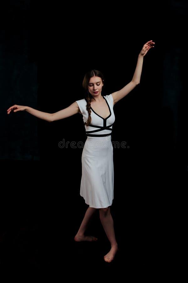 Όμορφες νέες γυναίκες που χορεύουν στο στούντιο στοκ εικόνες με δικαίωμα ελεύθερης χρήσης