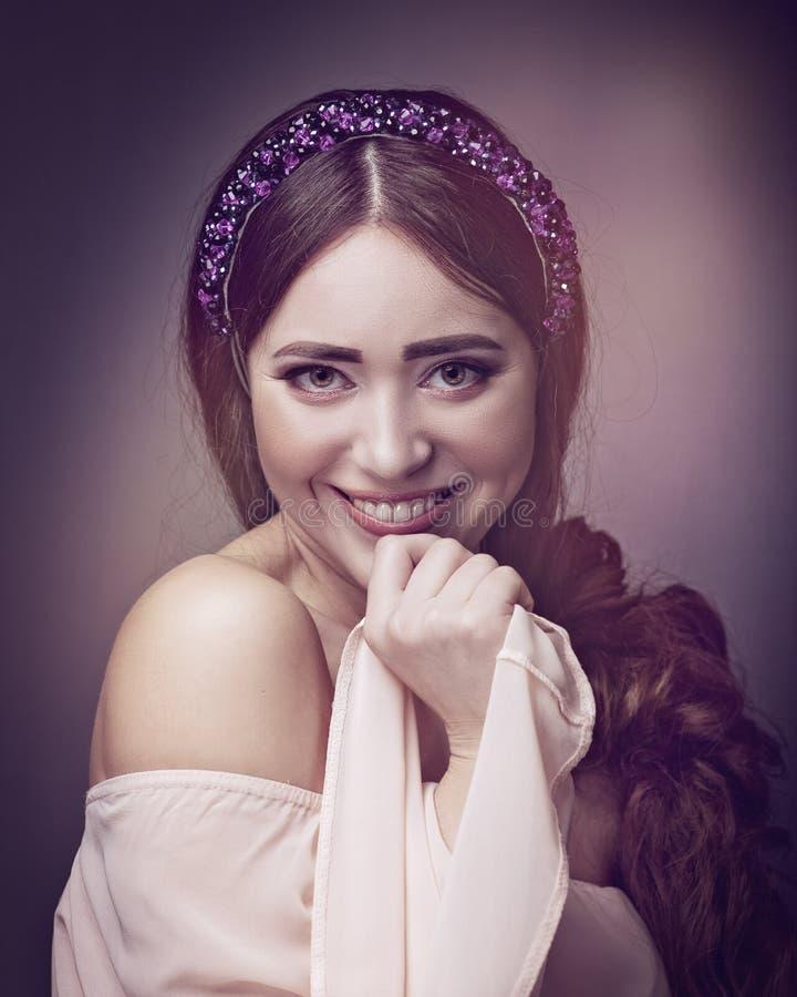 όμορφες νεολαίες γυναικών Αστείο θηλυκό πορτρέτο στοκ εικόνα
