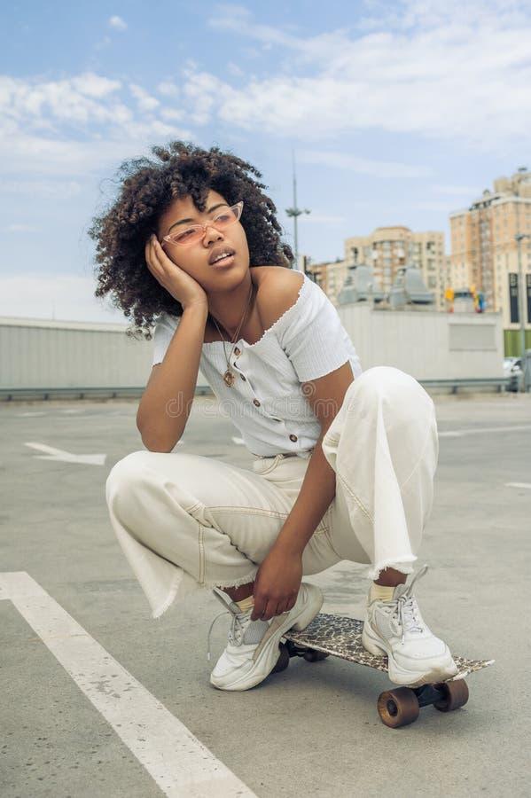 όμορφες νεολαίες γυναικών αφροαμερικάνων στοκ εικόνα με δικαίωμα ελεύθερης χρήσης
