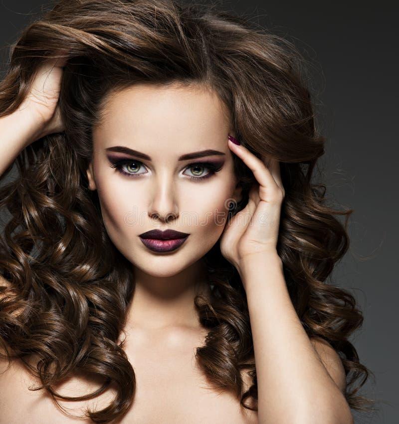 όμορφες νεολαίες γυναικών τριχώματος μακριές στοκ εικόνα