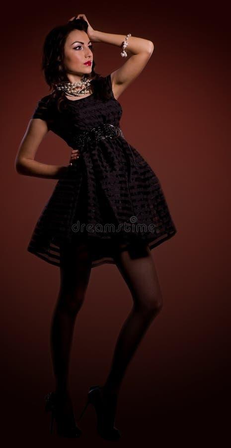 όμορφες νεολαίες γυναικών φορεμάτων στοκ φωτογραφία με δικαίωμα ελεύθερης χρήσης
