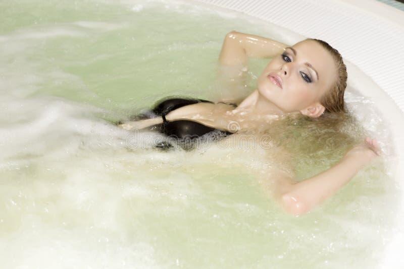 όμορφες νεολαίες γυναικών jacuzzi στοκ εικόνες με δικαίωμα ελεύθερης χρήσης