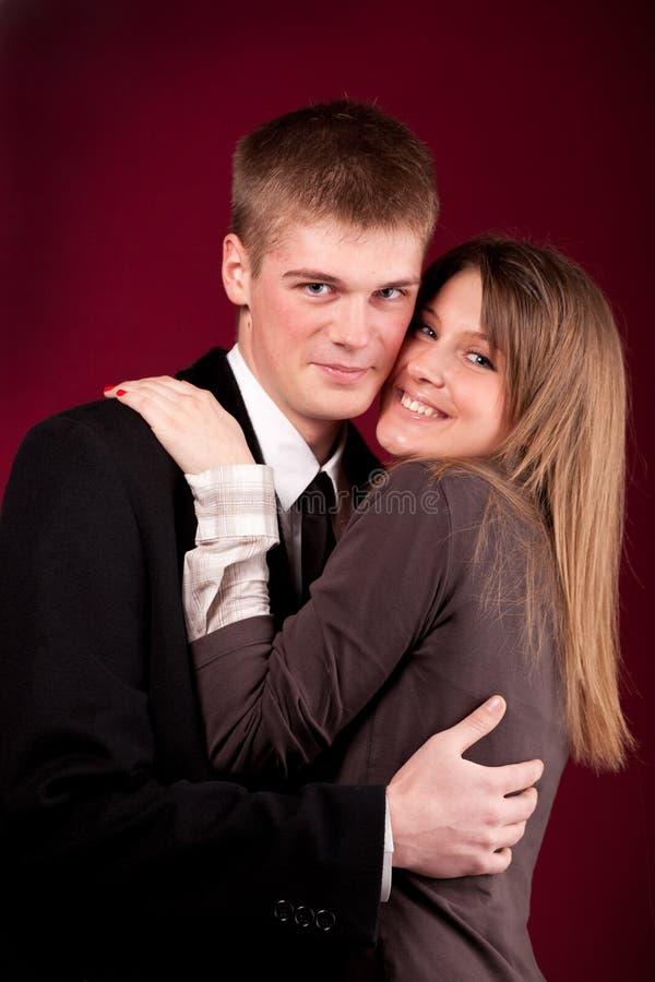 όμορφες νεολαίες ζευγώ στοκ εικόνα