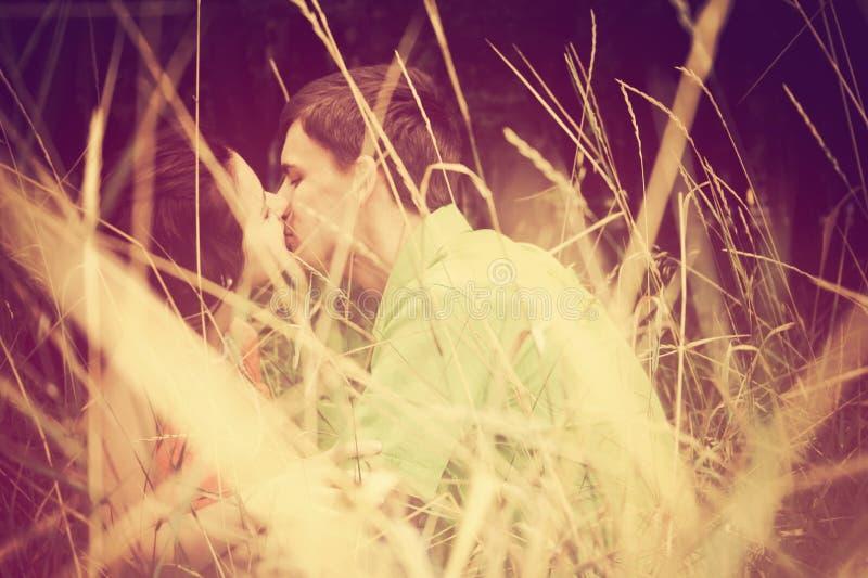 όμορφες νεολαίες ζευγ& στοκ φωτογραφίες