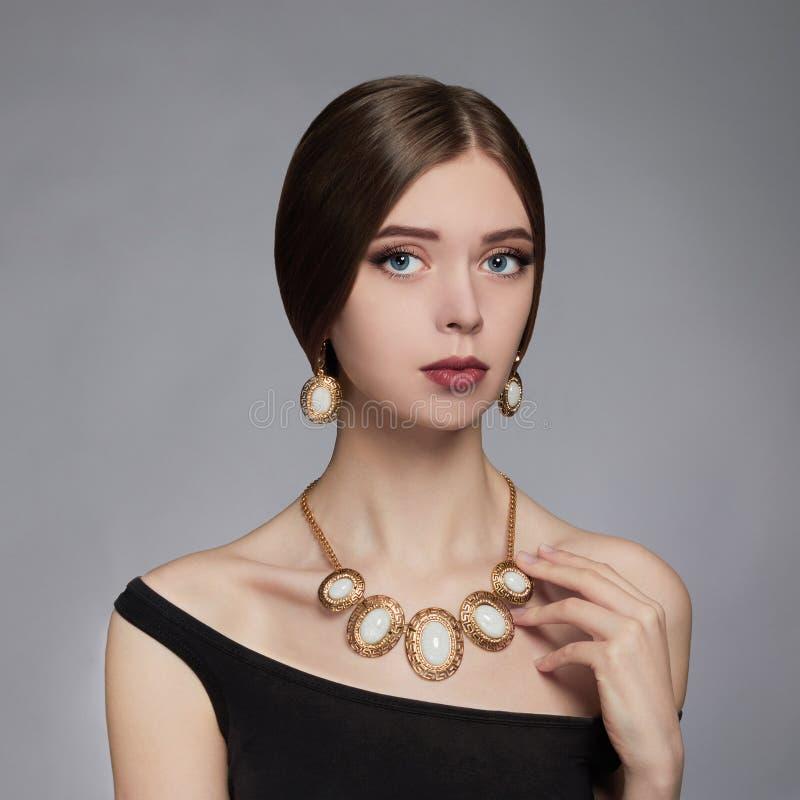 όμορφες νεολαίες γυναικών Εξαρτήματα κοσμήματος στοκ φωτογραφία