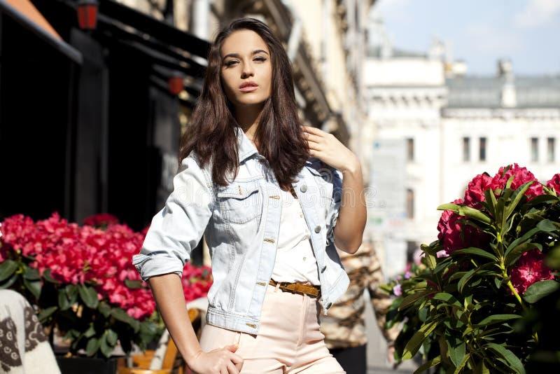 όμορφες νεολαίες γυναικών Μόδα οδών στοκ εικόνες με δικαίωμα ελεύθερης χρήσης