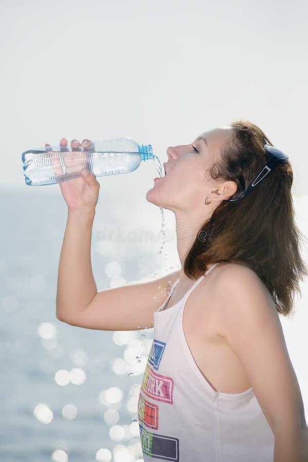 όμορφες νεολαίες γυναικών πόσιμου νερού στοκ εικόνες με δικαίωμα ελεύθερης χρήσης