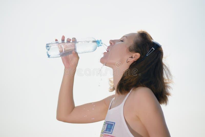όμορφες νεολαίες γυναικών πόσιμου νερού στοκ εικόνες