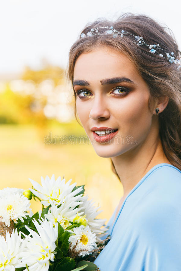 όμορφες νεολαίες γυναικών τριχώματος μακριές στοκ φωτογραφίες με δικαίωμα ελεύθερης χρήσης