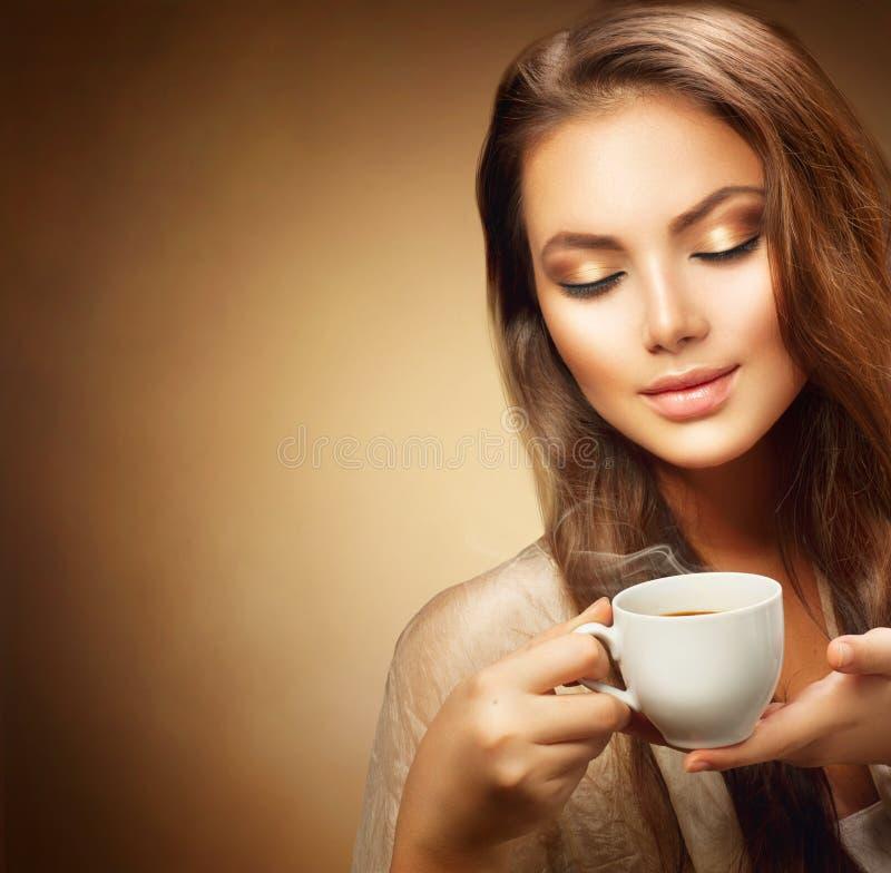 όμορφες νεολαίες γυναικών φλυτζανιών καφέ στοκ εικόνες