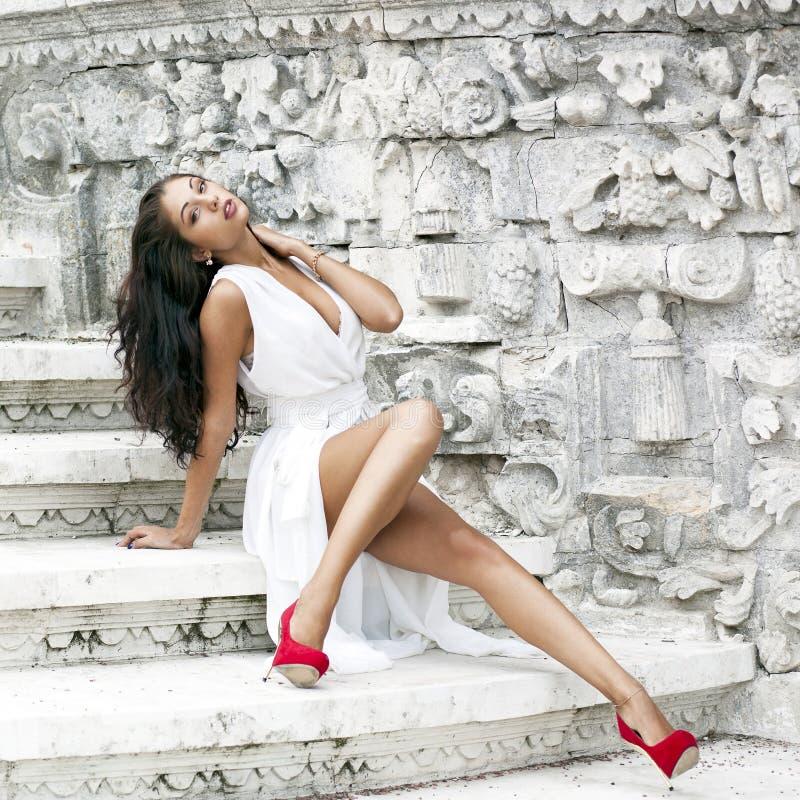 Download όμορφες νεολαίες λευκών γυναικών φορεμάτων Στοκ Εικόνες - εικόνα από φύση, χαρούμενος: 62721348