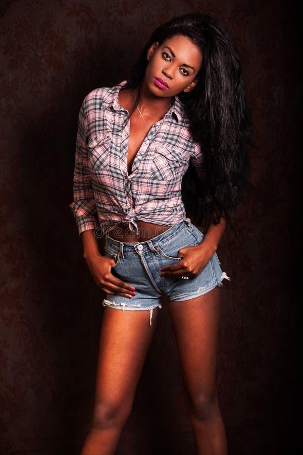 όμορφες νεολαίες μαύρων γυναικών Πρότυπο αφροαμερικάνων στο εκλεκτής ποιότητας υπόβαθρο στοκ εικόνες