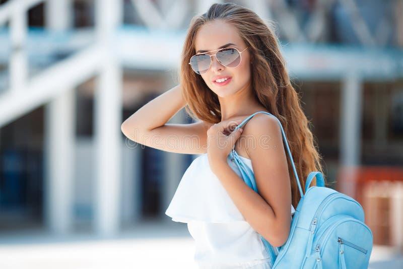 όμορφες ξένοιαστες πανέμορφες υπαίθρια νεολαίες γυναικών χαμόγελου πορτρέτου τοποθέτησης στοκ φωτογραφία με δικαίωμα ελεύθερης χρήσης
