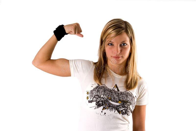 όμορφες ξανθές κάνοντας νεολαίες γυναικών γραμμάτων Τ πουκάμισων μυών στοκ εικόνα