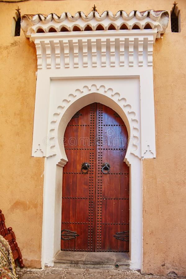 Όμορφες ξύλινες πόρτες στις οδούς του Μαρόκου Παλαιό χειροποίητο δ στοκ φωτογραφία