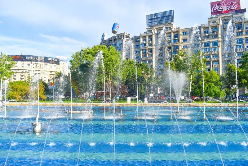 Όμορφες πηγές στο τετράγωνο ένωσης ή Piata Unirii στο στο κέντρο της πόλης του Βουκουρεστι'ου σε μια ηλιόλουστη ημέρα άνοιξη 20 0 στοκ φωτογραφίες με δικαίωμα ελεύθερης χρήσης
