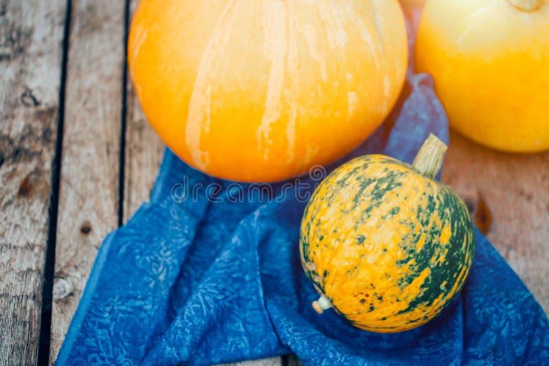 Όμορφες πορτοκαλιές κολοκύθες στο ξύλινο υπόβαθρο Φθινόπωρο, συγκομιδή στοκ εικόνα