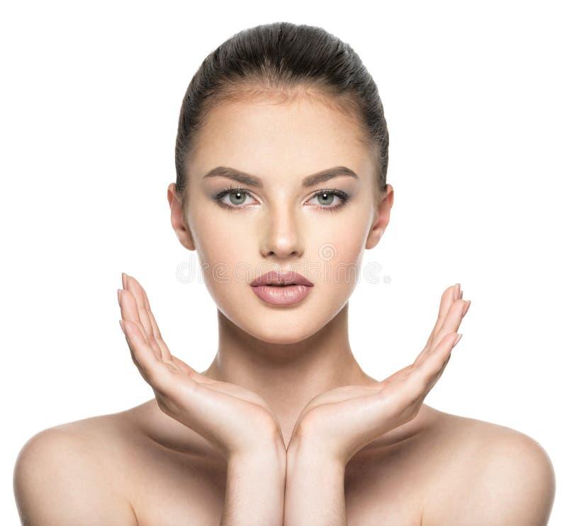 Όμορφες προσοχές γυναικών για το πρόσωπο δερμάτων - που απομονώνεται στο λευκό στοκ φωτογραφία