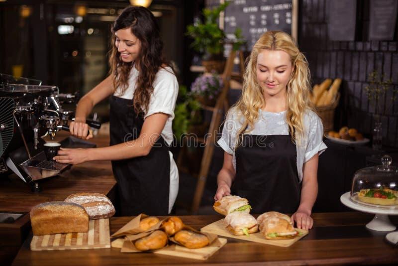 Όμορφες σερβιτόρες πίσω από την αντίθετη εργασία στοκ φωτογραφία με δικαίωμα ελεύθερης χρήσης