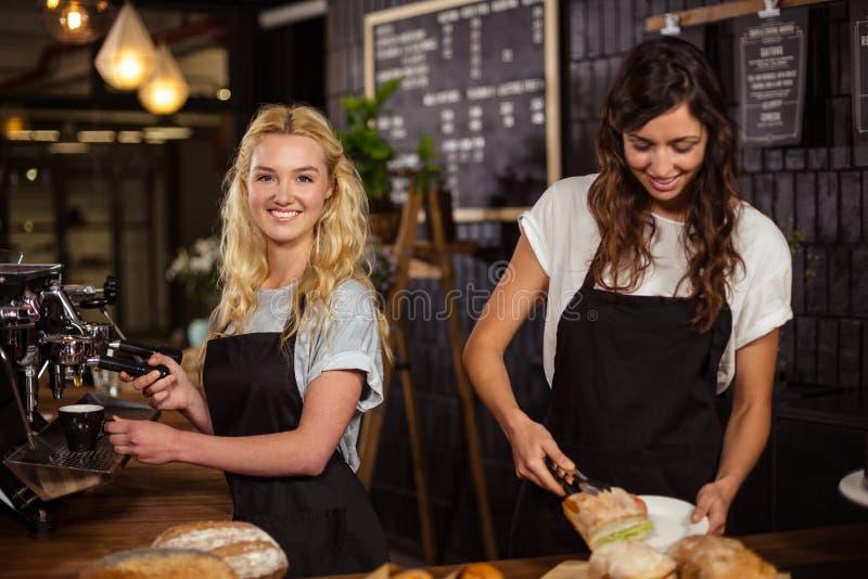 Όμορφες σερβιτόρες πίσω από την αντίθετη εργασία στοκ εικόνες