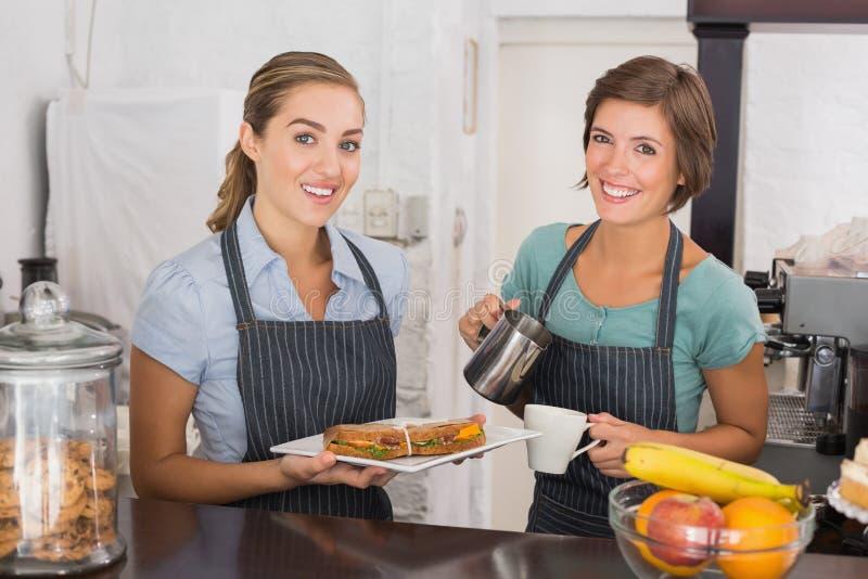 Όμορφες σερβιτόρες που εργάζονται με ένα χαμόγελο στοκ εικόνα