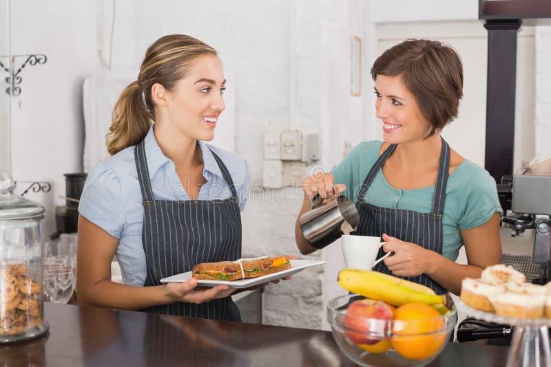 Όμορφες σερβιτόρες που εργάζονται με ένα χαμόγελο στοκ εικόνες