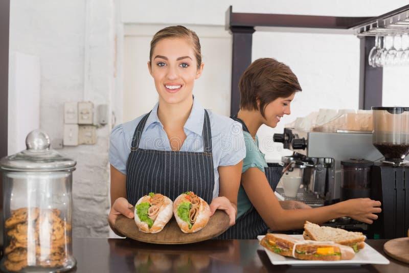 Όμορφες σερβιτόρες που εργάζονται με ένα χαμόγελο στοκ φωτογραφίες με δικαίωμα ελεύθερης χρήσης