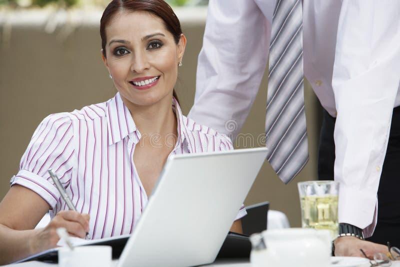 Όμορφες σημειώσεις γραψίματος επιχειρηματιών στοκ φωτογραφίες με δικαίωμα ελεύθερης χρήσης