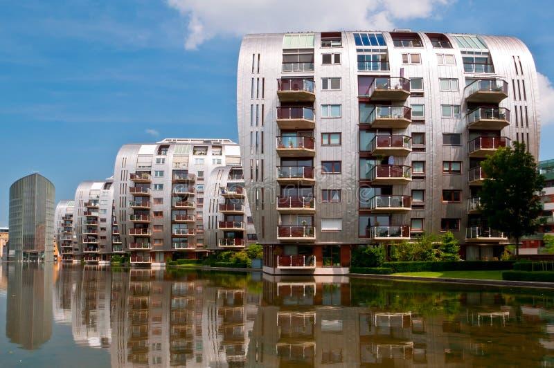 Όμορφες σύγχρονες κατοικημένες πολυκατοικίες αρχιτεκτονικής στοκ φωτογραφίες