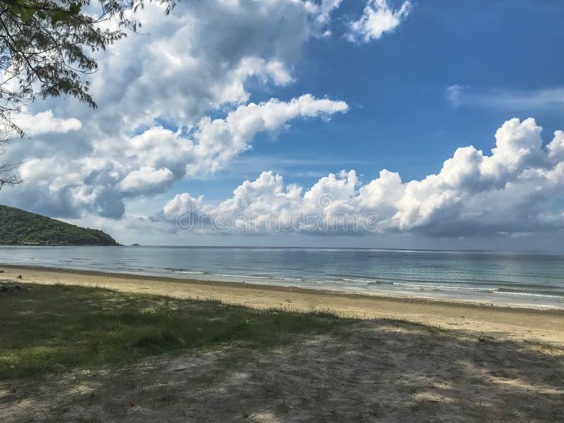 Όμορφες τροπικές θάλασσα και άμμος παραλιών στην ηλιοφάνεια στο καλοκαίρι στοκ φωτογραφίες με δικαίωμα ελεύθερης χρήσης