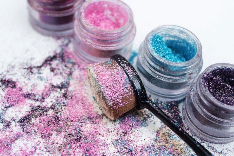 Όμορφες χρωστικές ουσίες και makeup βούρτσα στοκ εικόνες